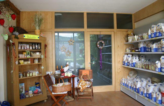 Ladentüre aus Holz im Innenbereich
