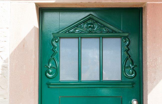 Holzhaustüre grün mit Ornamenten
