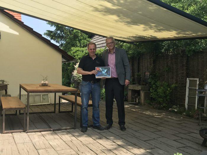 Markus Nebelung (markilux) überreicht Axel Grathwol ein Ipad pro